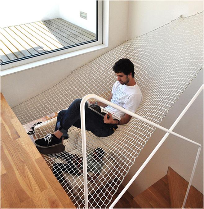 tempat tidur gantung di atas tangga