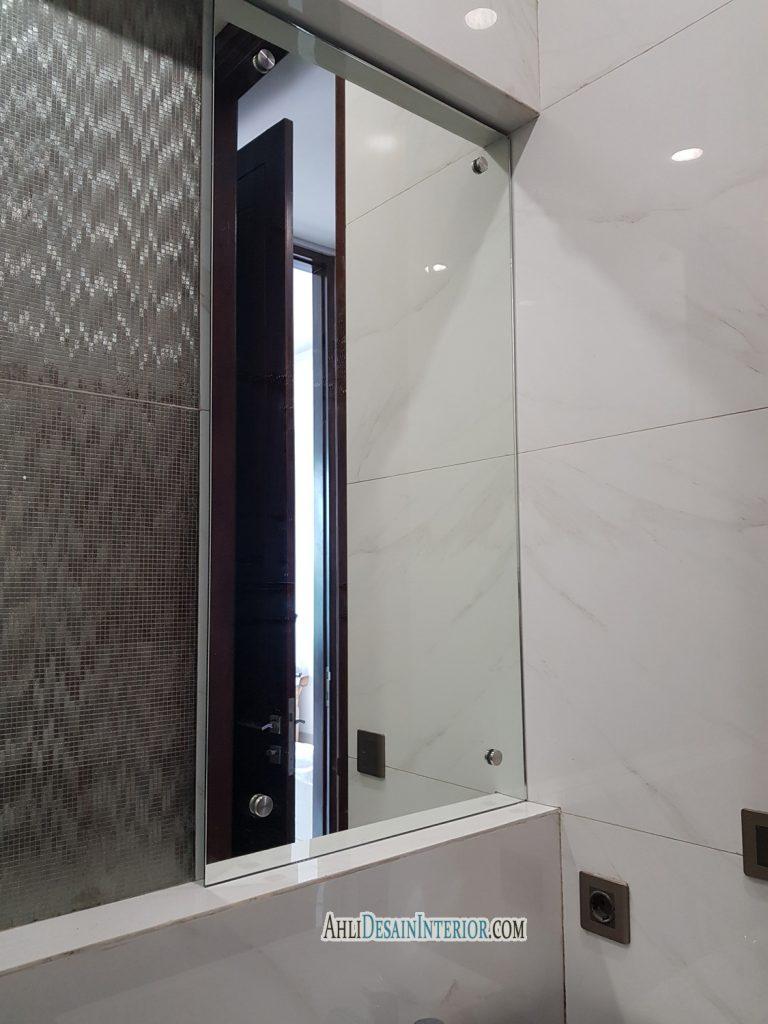 pasang cermin untuk kamar mandi
